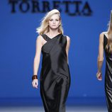 Vestido negro de la colección primavera/verano 2014 de Roberto Torretta en Madrid Fashion Week