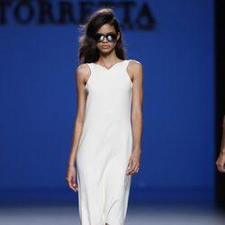 Vestido blanco de la colección primavera/verano 2014 de Roberto Torretta en Madrid Fashion Week