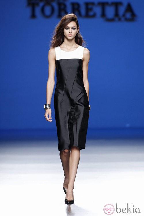 Vestido negro y blanco de la colección primavera/verano 2014 de Roberto Torretta en Madrid Fashion Week