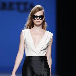 Vestido de escote en v de la colección primavera/verano 2014 de Roberto Torretta en Madrid Fashion Week