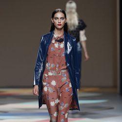 Abrigo azul plastificado de la colección primavera/verano 2014 de Ailanto en Madrid Fashion Week