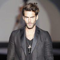 Jon Kortajarena con traje de la colección primavera/verano 2014 de Roberto Verino en Madrid Fashion Week