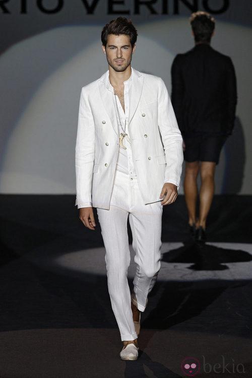 Traje blanco masculino de la colección primavera/verano 2014 de Roberto Verino en Madrid Fashion Week