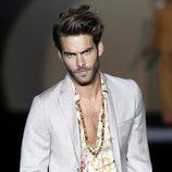 Jon Kortajarena con un traje gris de la colección primavera/verano 2014 de Roberto Verino en Madrid Fashion Week