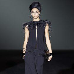 Vestido negro con plumas de la colección primavera/verano 2014 de Roberto Verino en Madrid Fashion Week