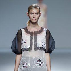 Vestido con flores bordadas de la colección primavera/verano 2014 de Victorio & Lucchino en Madrid Fashion Week