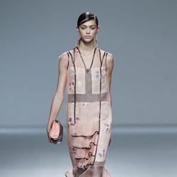 Vestido transparencias con volante de la colección primavera/verano 2014 de Victorio & Lucchino en Madrid Fashion Week