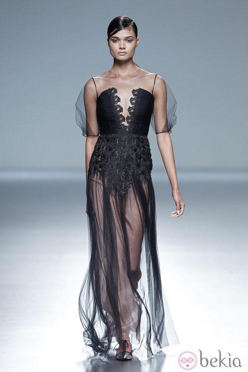 Vestido largo negro de la colección primavera/verano 2014 de Victorio & Lucchino en Madrid Fashion Week
