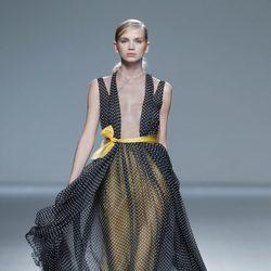 Vestido con forro amarillo de la colección primavera/verano 2014 de Victorio & Lucchino en Madrid Fashion Week