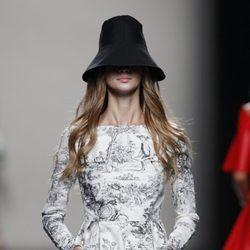Vestido estampado de la colección primavera/verano 2014 de Juanjo Oliva en Madrid Fashion Week