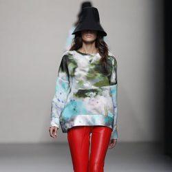 Pantalón de cuero rojo de la colección primavera/verano 2014 de Juanjo Oliva en Madrid Fashion Week