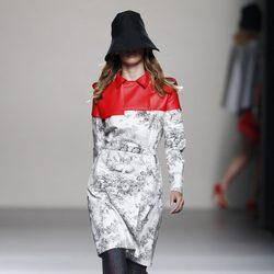 Look pantalón y abrigo de la colección primavera/verano 2014 de Juanjo Oliva en Madrid Fashion Week