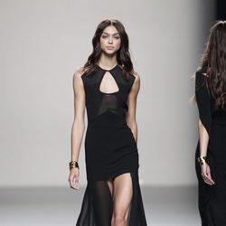 Vestido negro de noche de la colección primavera/verano 2014 de Juanjo Oliva en Madrid Fashion Week