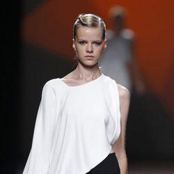 Minifalda y blusa de la colección primavera/verano 2014 de AA de Amaya Arzuaga en Madrid Fashion Week