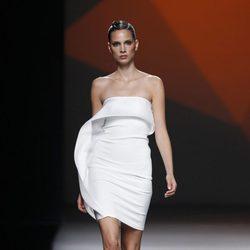 Vestido blanco con volante de la colección primavera/verano 2014 de AA de Amaya Arzuaga en Madrid Fahion Week