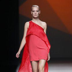 Vestido con capa de la colección primavera/verano 2014 de AA de Amaya Arzuaga en Madrid Fahion Week