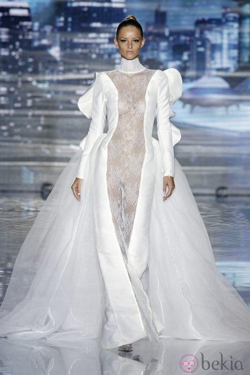 Vestido con cola de la colección primavera/verano 2014 de Andrés Sardá en Madrid Fashion Week