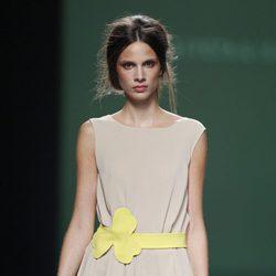 Vestido con cinturón amarillo de la colección primavera/verano 2014 de Devota&Lomba en Madrid Fashion Week