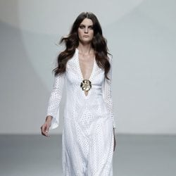 Vestido blanco largo de la colección primavera/verano 2014 de Teresa Helbig en Madrid Fashion Week