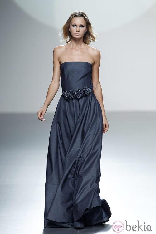 Vestido azul marino de la colección primavera/verano 2014 de Teresa Helbig en Madrid Fashion Week