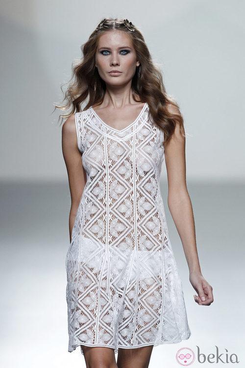Vestido blanco de bordados de la colección primavera/verano 2014 de Teresa Helbig en Madrid Fashion Week