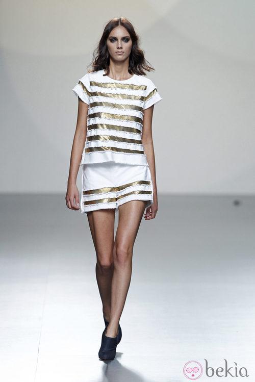 Falda y camiseta a rayas doradas de la colección primavera/verano 2014 de Teresa Helbig en Madrid Fashion Week