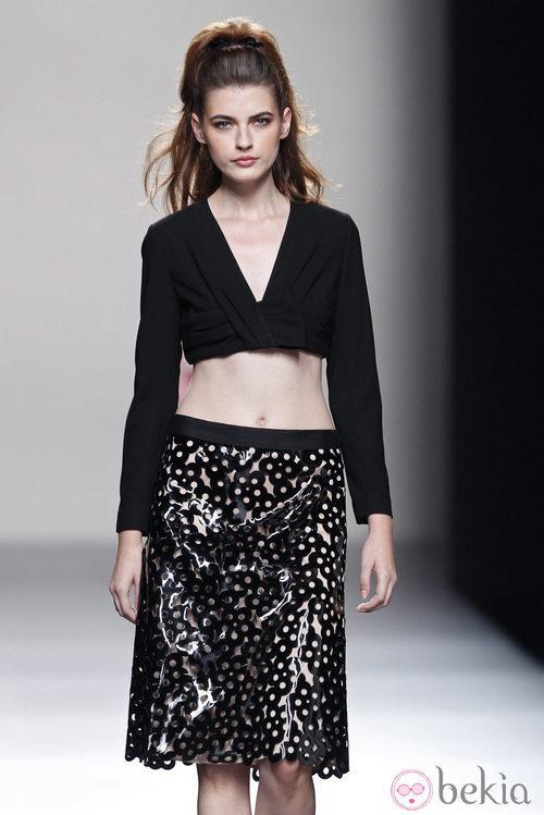 Falda de tejido plástico de la colección primavera/verano 2014 de Miguel Palacio en Madrid Fashion Week