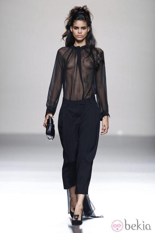 Vestido de transparencias de la colección primavera/verano 2014 de Miguel Palacio en Madrid Fashion Week