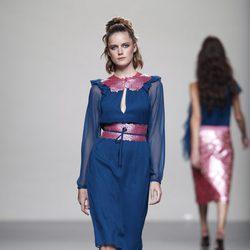 Vestido azul con adornos rosas de la colección primavera/verano 2014 de Miguel Palacio en Madrid Fashion