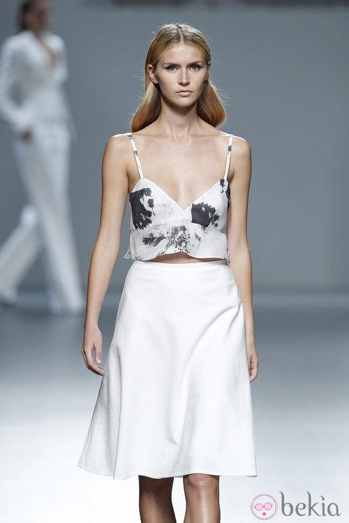 Falda blanca de la colección primavera/verano 2014 de Ángel Schlesser en Madrid Fashion Week