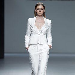 Traje blanco de la colección primavera/verano 2014 de Ángel Schlesser en Madrid Fashion Week