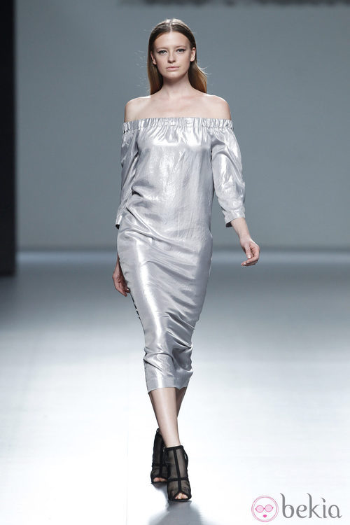 Vestido metalizado de la colección primavera/verano 2014 de Ángel Schlesser en Madrid Fashion Week