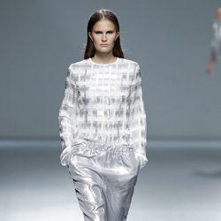 Look futurista de la colección primavera/verano 2014 de Ángel Schlesser en Madrid Fashion Week