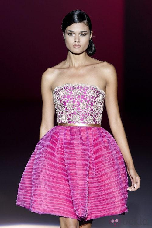 Vestido fucsia de la colección primavera/verano 2014 de Hannibal Laguna en Madrid Fashion Week