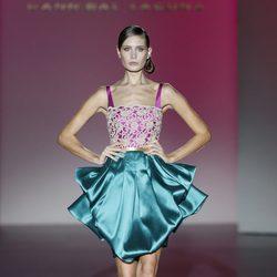 Vestido verde y fucsia de la colección primavera/verano 2014 de Hannibal Laguna en Madrid Fashion Week