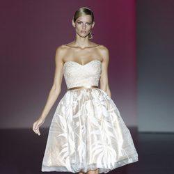 Vestido beige de la colección primavera/verano 2014 de Hannibal Laguna en Madrid Fashion Week