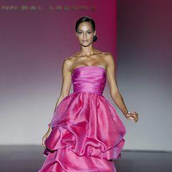 Vestido largo fucsia de la colección primavera/verano 2014 de Hannibal Laguna en Madrid Fashion Week