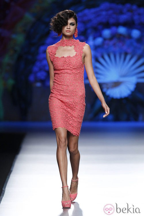 Vestido coral troquelado de la colección primavera/verano 2014 de Francis Montesinos en Madrid Fashion Week