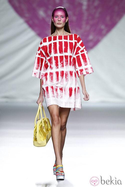 Vestido camiseta de la colección primavera/verano 2014 de Ágatha Ruiz de la Prada en Madrid Fashion Week