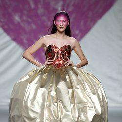 Vestido esférico de la colección primavera/verano 2014 de Ágatha Ruiz de la Prada en Madrid Fashion Week