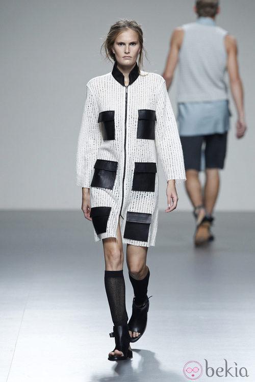 Abrigo de punto con bolsillos de la colección primavera/verano 2014 de Etxeberría en Madrid Fashion Week