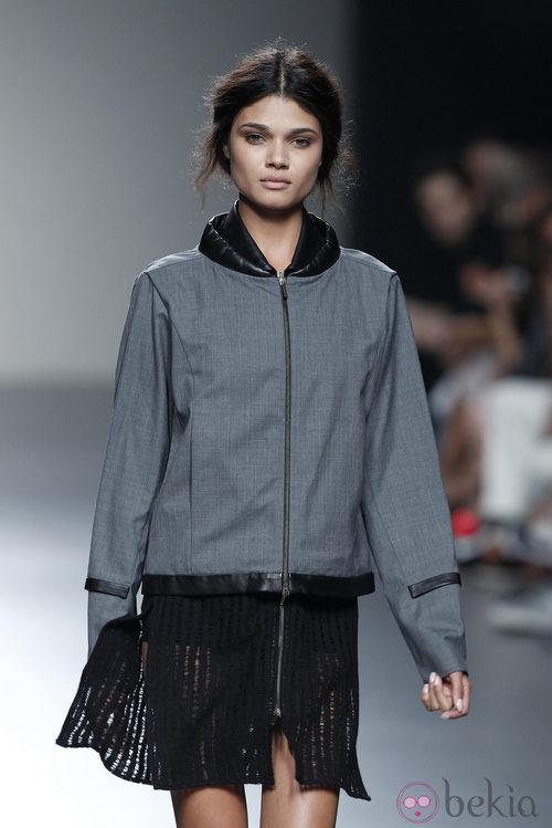 Sudadera gris de la colección primavera/verano 2014 de Etxeberría en Madrid Fashion Week