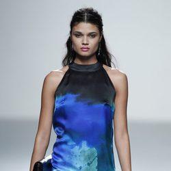 Vestido estampado azul de la colección primavera/verano 2014 de Rabaneda en Madrid Fashion Week