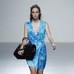 Vestido azul de escote en v de la colección primavera/verano 2014 de Rabaneda en Madrid Fashion Week