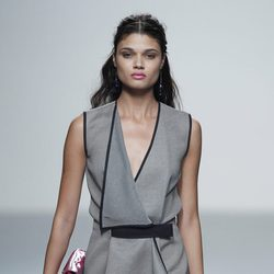 Vestido gris de la colección primavera/verano 2014 de Rabaneda en Madrid Fashion Week