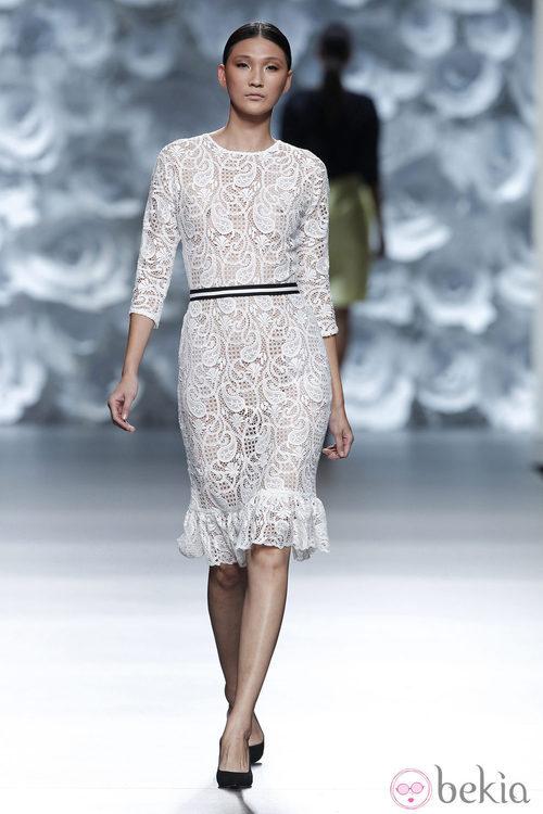 Vestido blanco de encaje de la colección primavera/verano 2014 de Juana Martín en Madrid Fashion Week