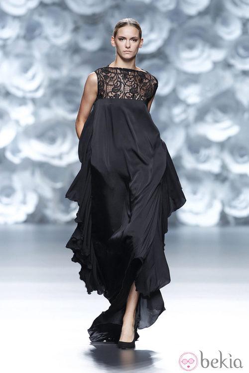 Vestido negro de la colección primavera/verano 2014 de Juana Martín en Madrid Fashion Week