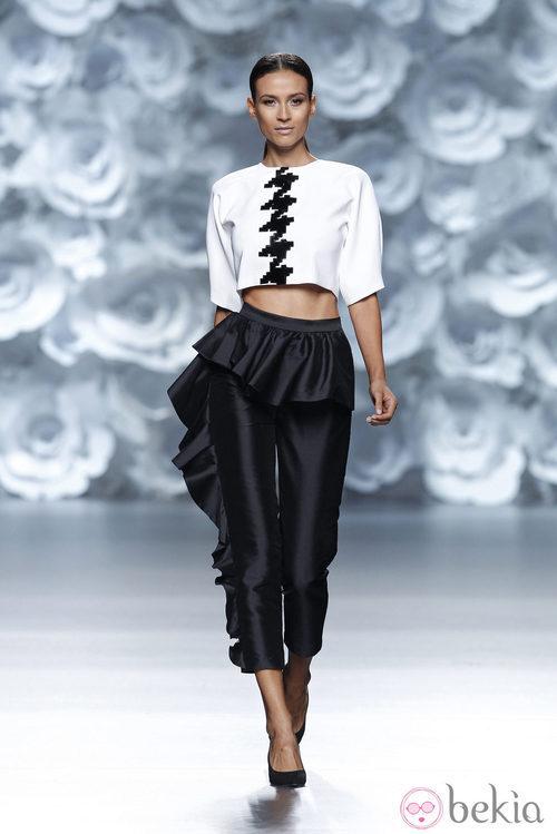 Pantalón de raso con volante de la colección primavera/verano 2014 de Juana Martín en Madrid Fashion Week