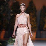 Vestido rosa palo de la colección primavera/verano 2014 de Ion Fiz en Madrid Fashion Week