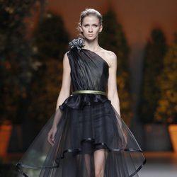 Vestido negro de vuelo de la colección primavera/verano 2014 de Ion Fiz en Madrid Fashion Week